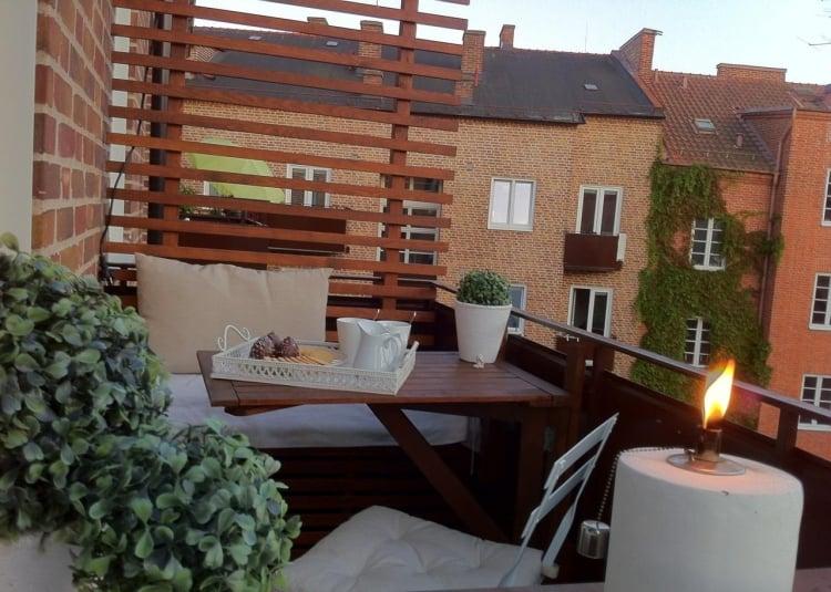 Balkon gemütliches Ambiente Sichtschutz Holzlatten