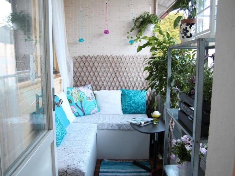 Balkon gestalten mit wenig Geld Sitzecke grüne Pflanzen
