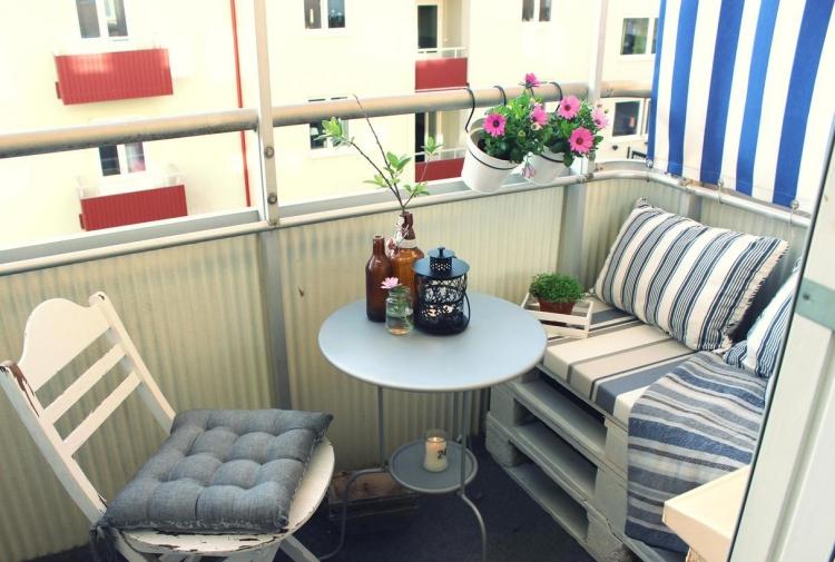 Balkon gestalten mit wenig Geld Palettenmöbel bauen