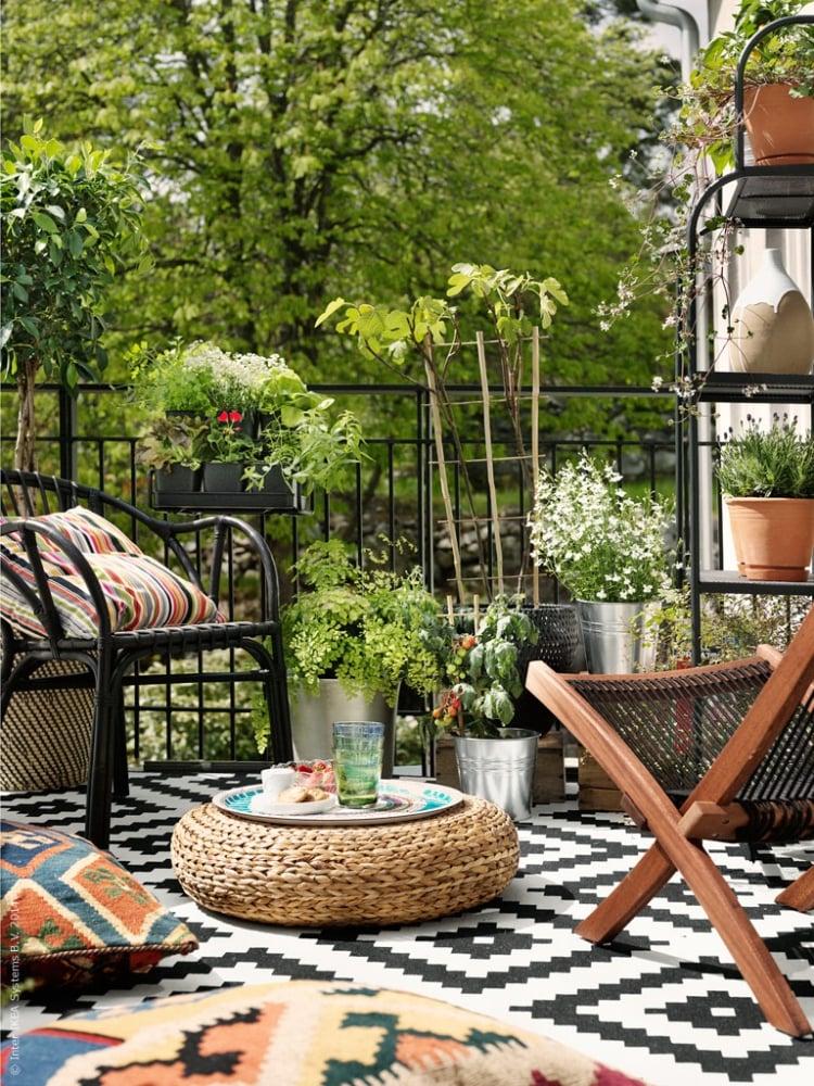 Balkon gestalten mit wenig Geld Teppich Stühle Blumentöpfe