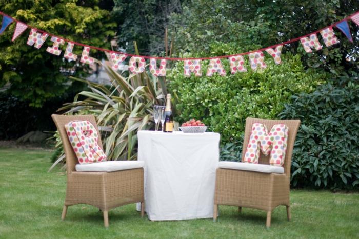 Heiratsantrag machen im Garten Girlande kreativ