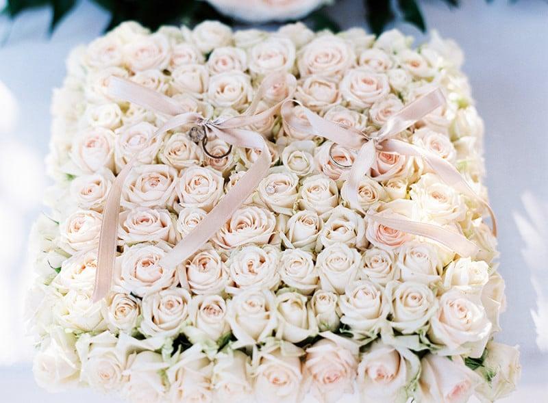 Heiratsantrag Verlobungsrinng auf Rosenbett