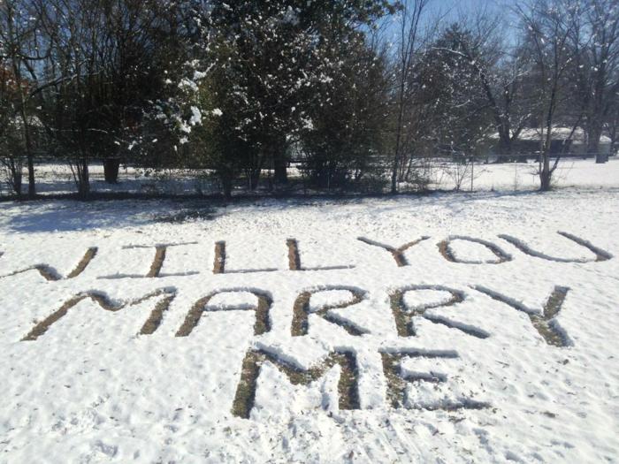 Heiratsantrag Schrift im Schnee groß