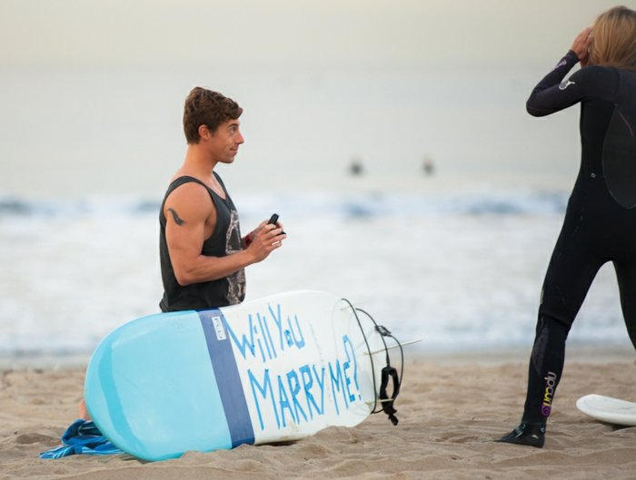 Hochzeitsantrag Surfbrett beschriften