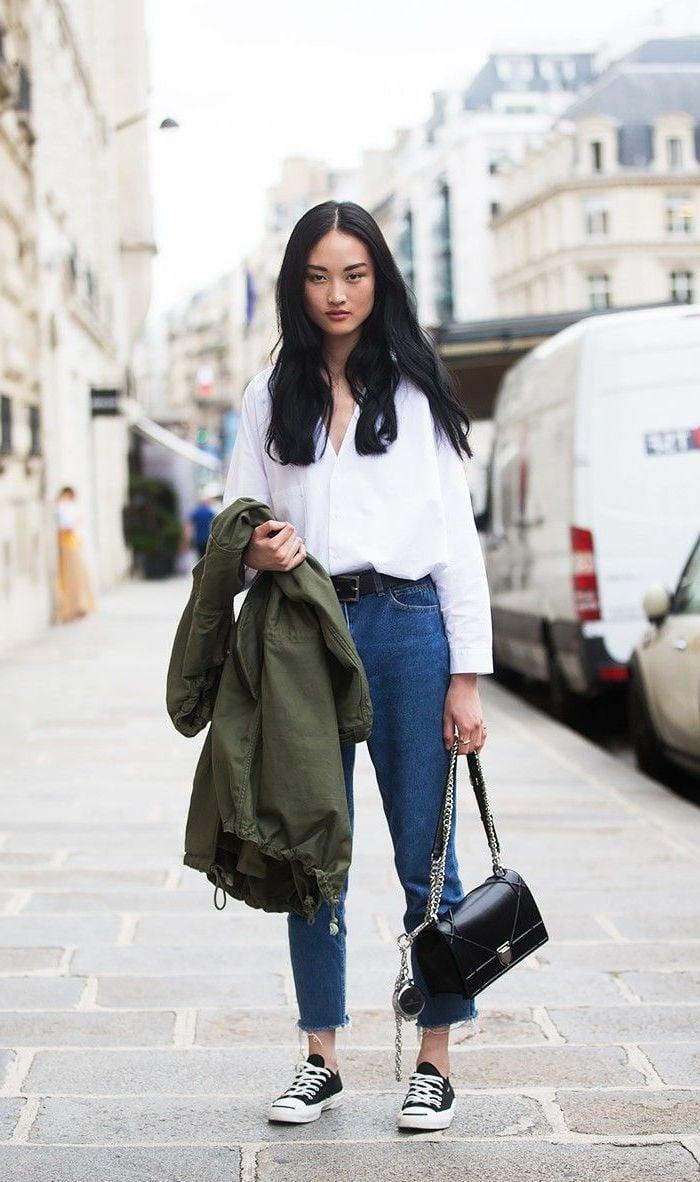 High Waist Jeans mit weißem Hemd und Sneakers kombinieren