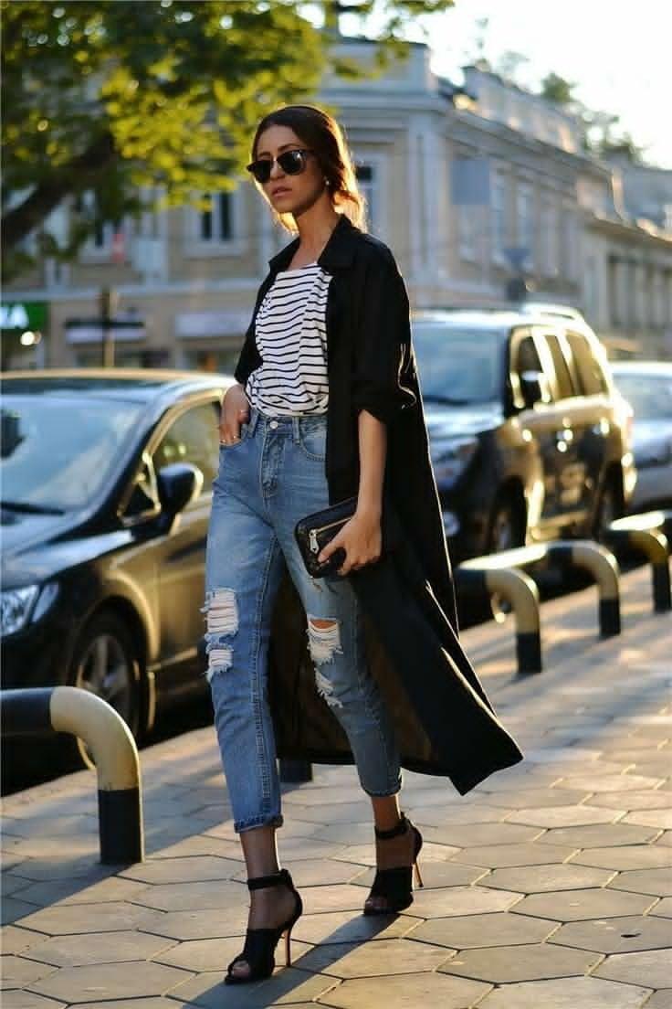 High Waisted Jeans und T-Shirts sind im Trend diesen Sommer