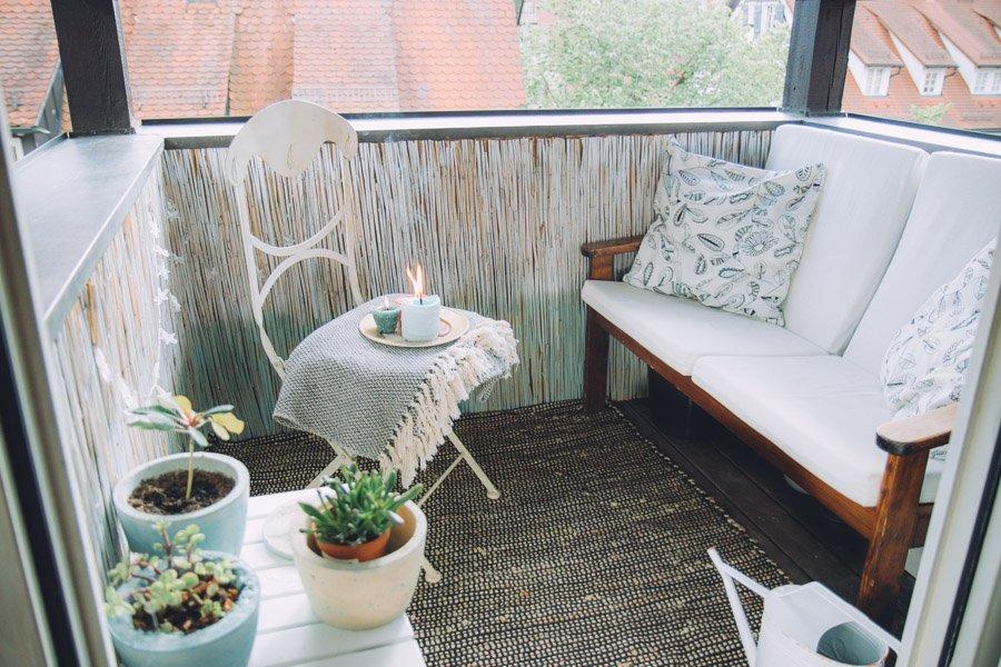 Balkon gestalten mit wenig Geld romantisch Kerzen