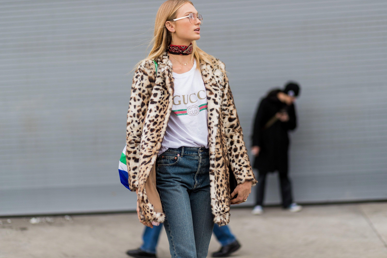 Leopardenmuster Mantel mit T-Shirt kombinieren