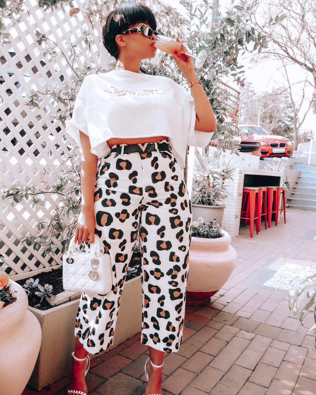 Sommer Modetrends - Leopardenmuster Hose mit weißem T-Shirt