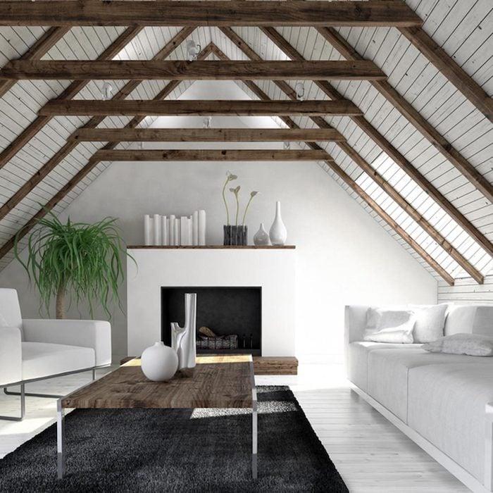 Mansarde hohe Decke Wohnzimmer mit Kamin