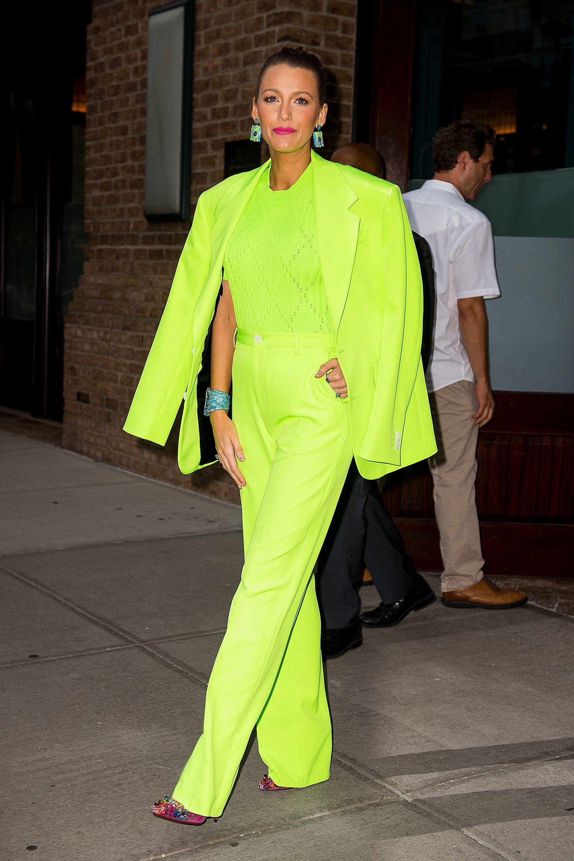 stilvoller Anzug Blake Lively Neonfarben