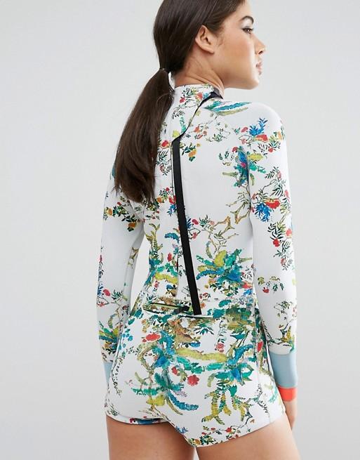 Surfbekleidung von hinten floral Neoprenanzüge
