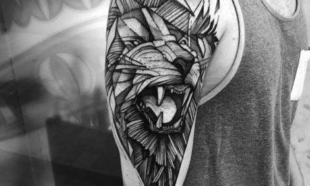 Tätowierung Löwe Schulter geometrisch