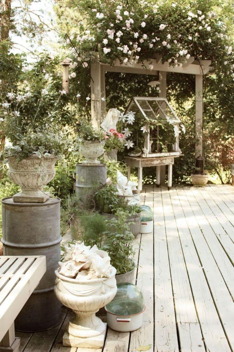 Shabby Garten gestalten mit Blumentöpfe