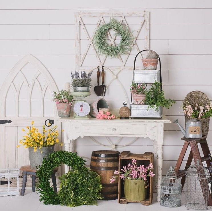 Shabby Garten gestalten mit Blumen und alten Gegenstände