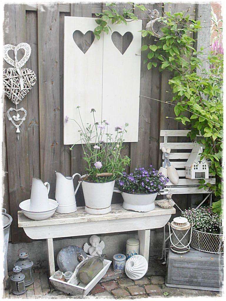 Shabby Garten gestalten - weiße Vasen und Blumentöpfe eignen sich perfekt