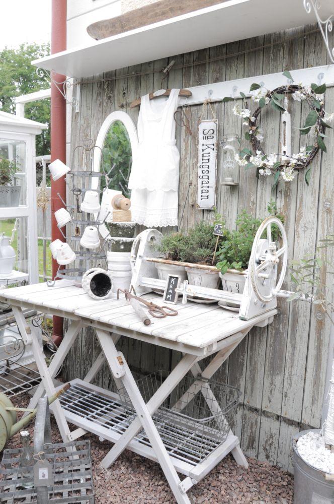 Shabby Garten gestalten - weißen Gartentisch mit Shabby Chic Deko