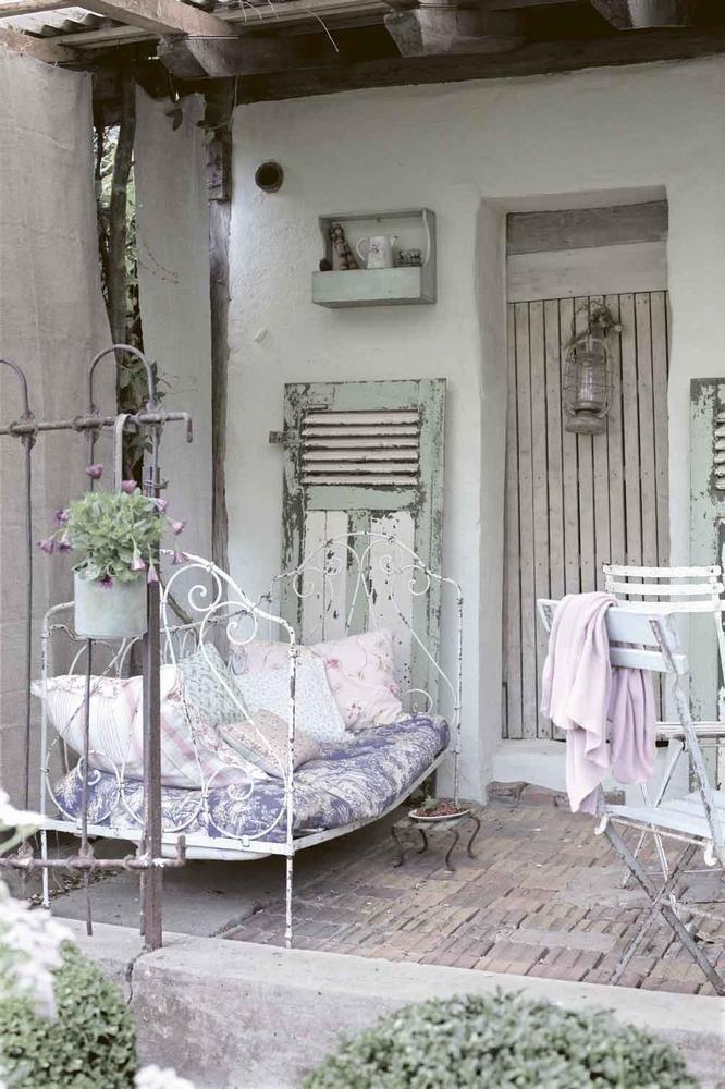 Shabby Garten gestalten mit alten Möbel und Türen