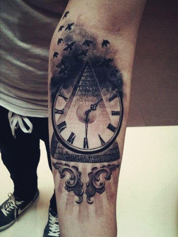 Tätowierung Pyramide mit Uhr