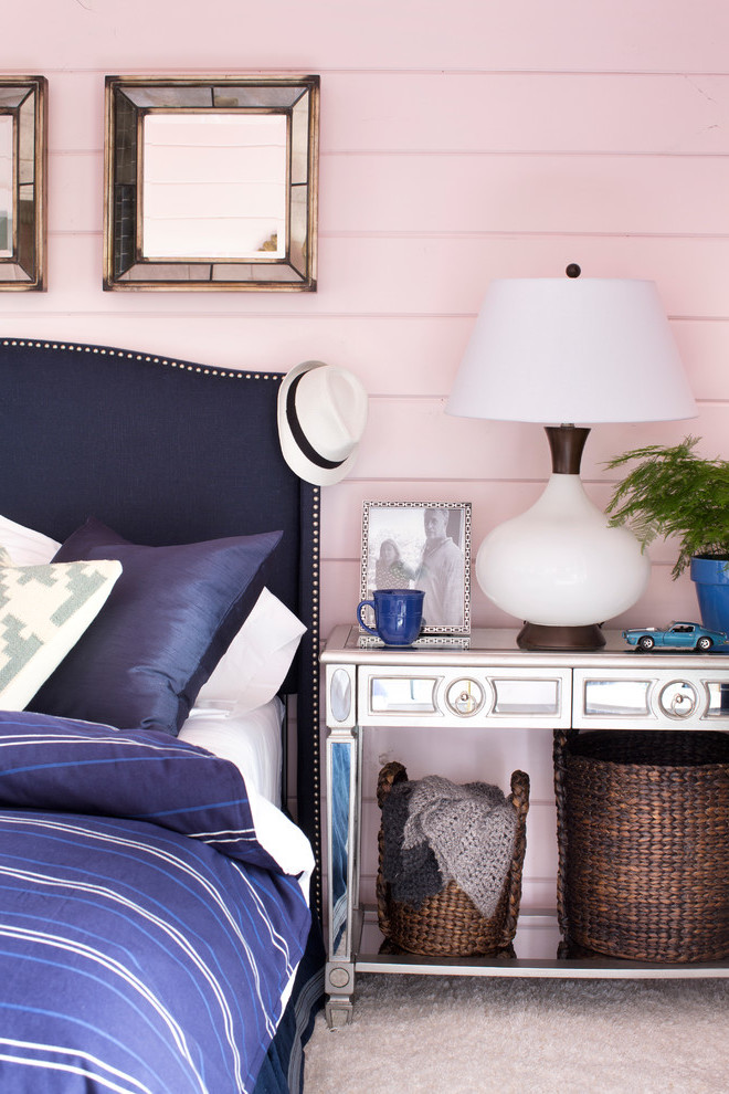 Maritimes Schlafzimmer mit Altrosa Wandfarbe