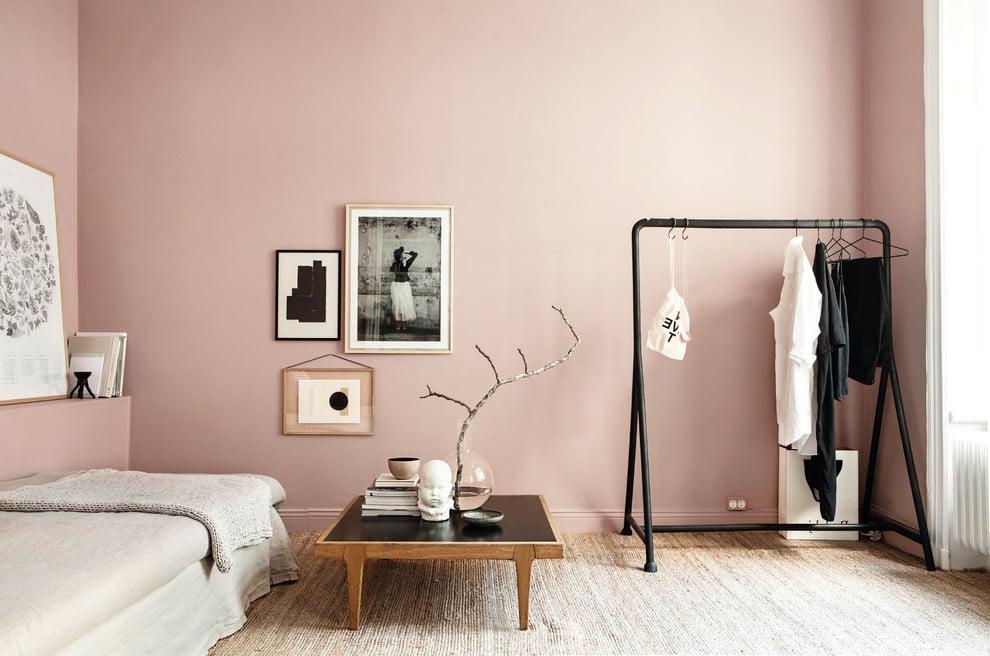 Skandinavisches Wohnzimmer mit Wandfarbe Altrosa