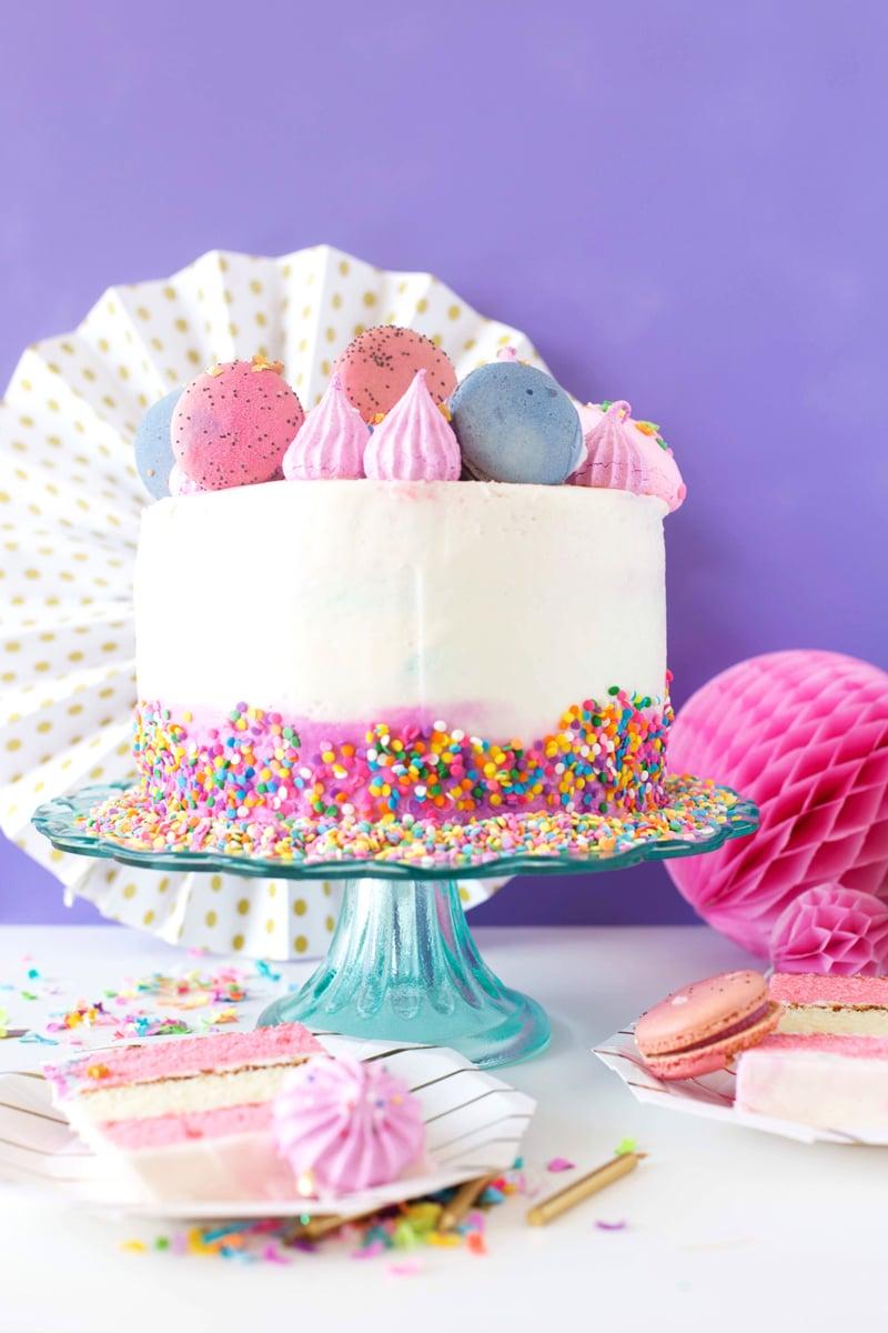 Ausgefallene Kuchen für Kindergeburtstag mit Macarons verzieren