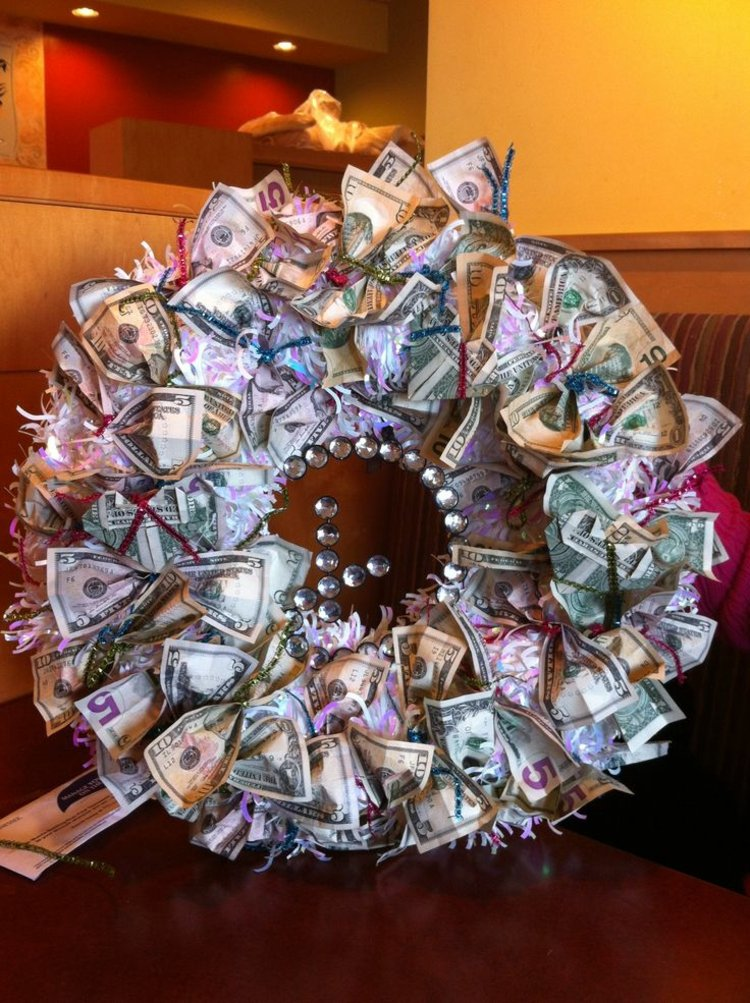 Hochzeitsgeschenke selbstgemacht origineller Kranz Geldscheine