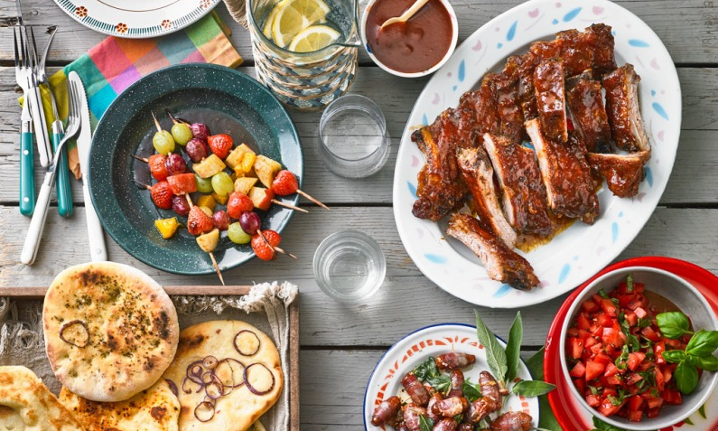 Grillparty organisieren Fleisch BBQ Sauce Obstspieße