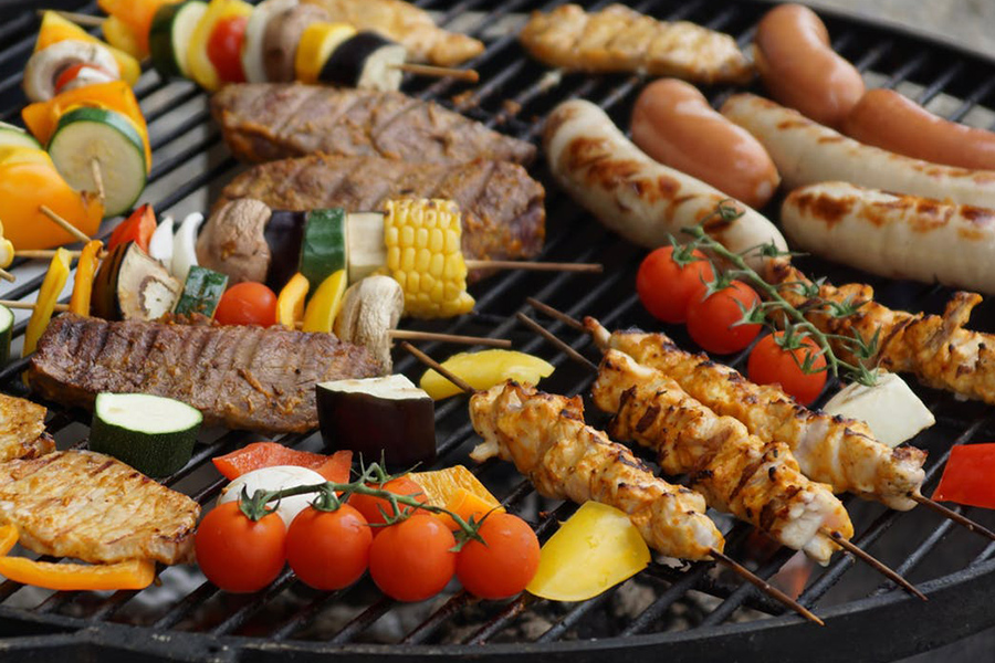 Grillparty organisieren Fleisch Würstchen Gemüse