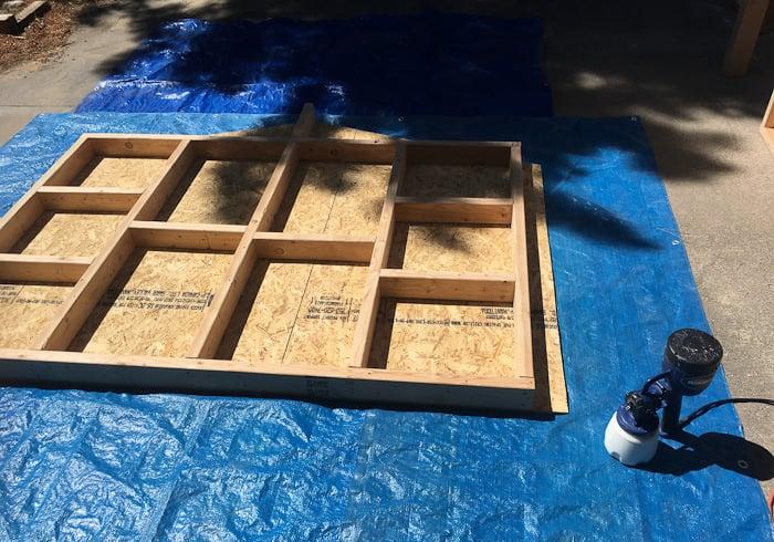 Wände bauen aus Sperrholzplatten Gerüst Holzlatten