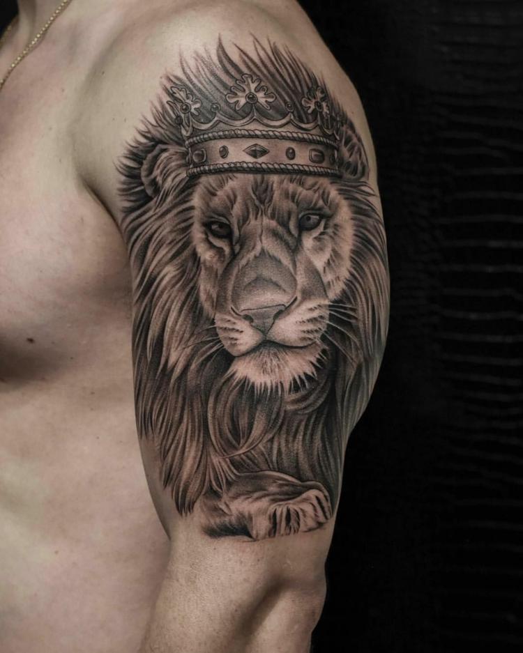 Tattoo Mann Löwe mit Krone