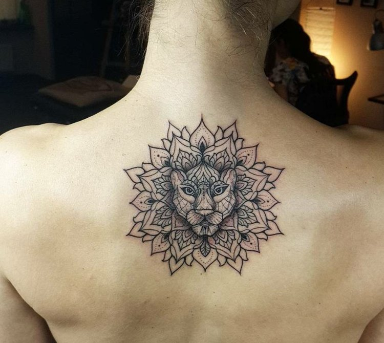 Tattoo Mandala Frau Rücken Löwenkopf