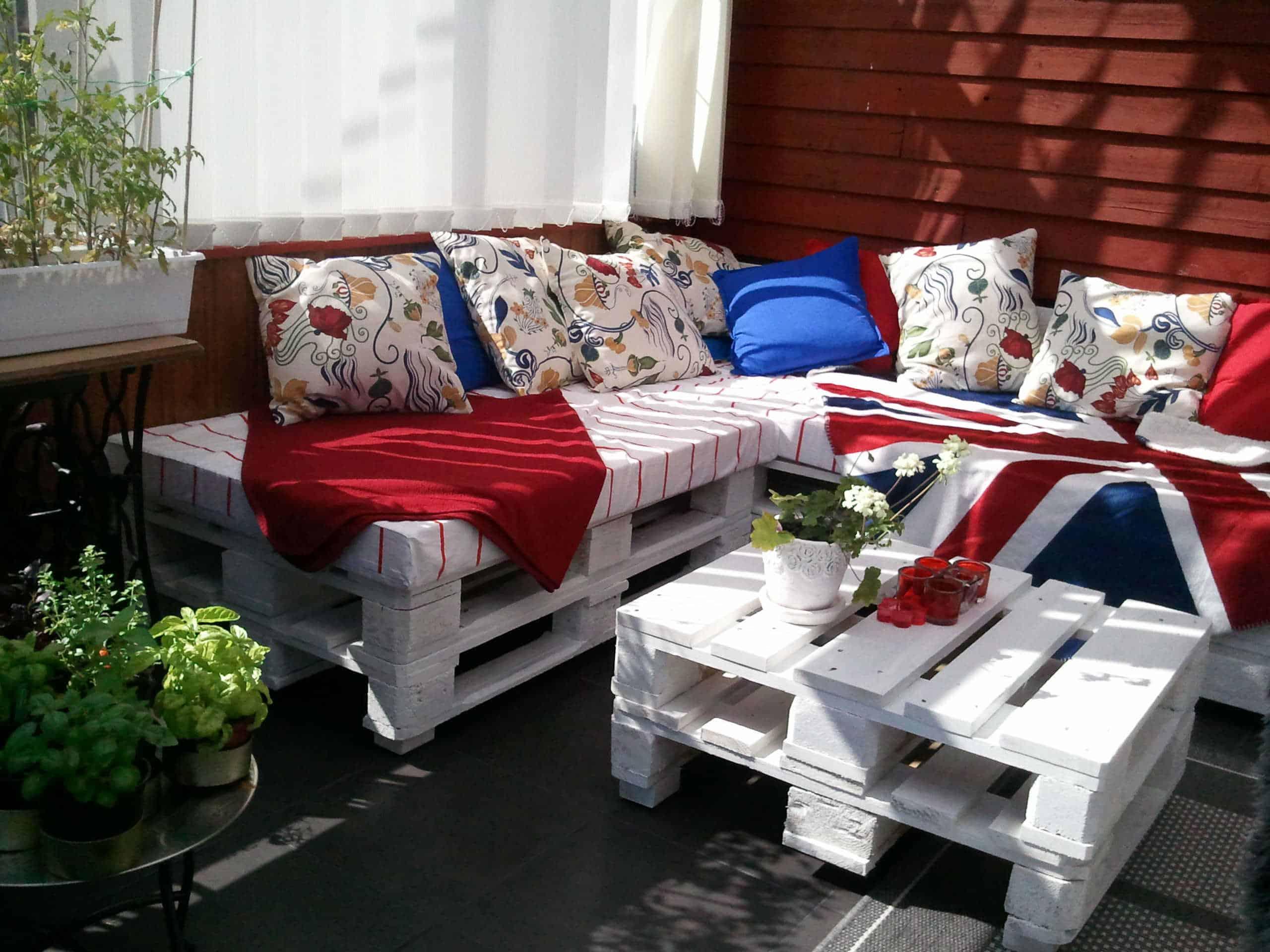 Terasse Palettenmöbel in rot, weiß und blau