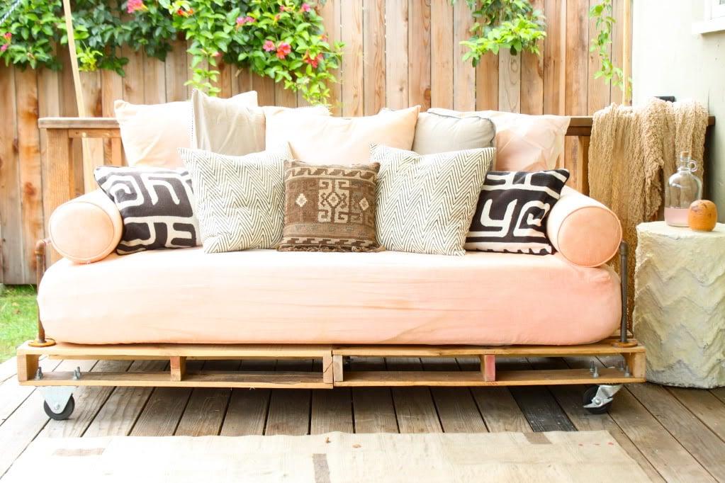 Palettenmöbel für Terrasse in zarte Nuancen