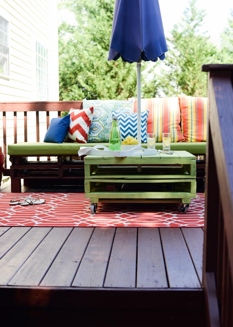 Palettenmöbel für Terasse in bunten Farben