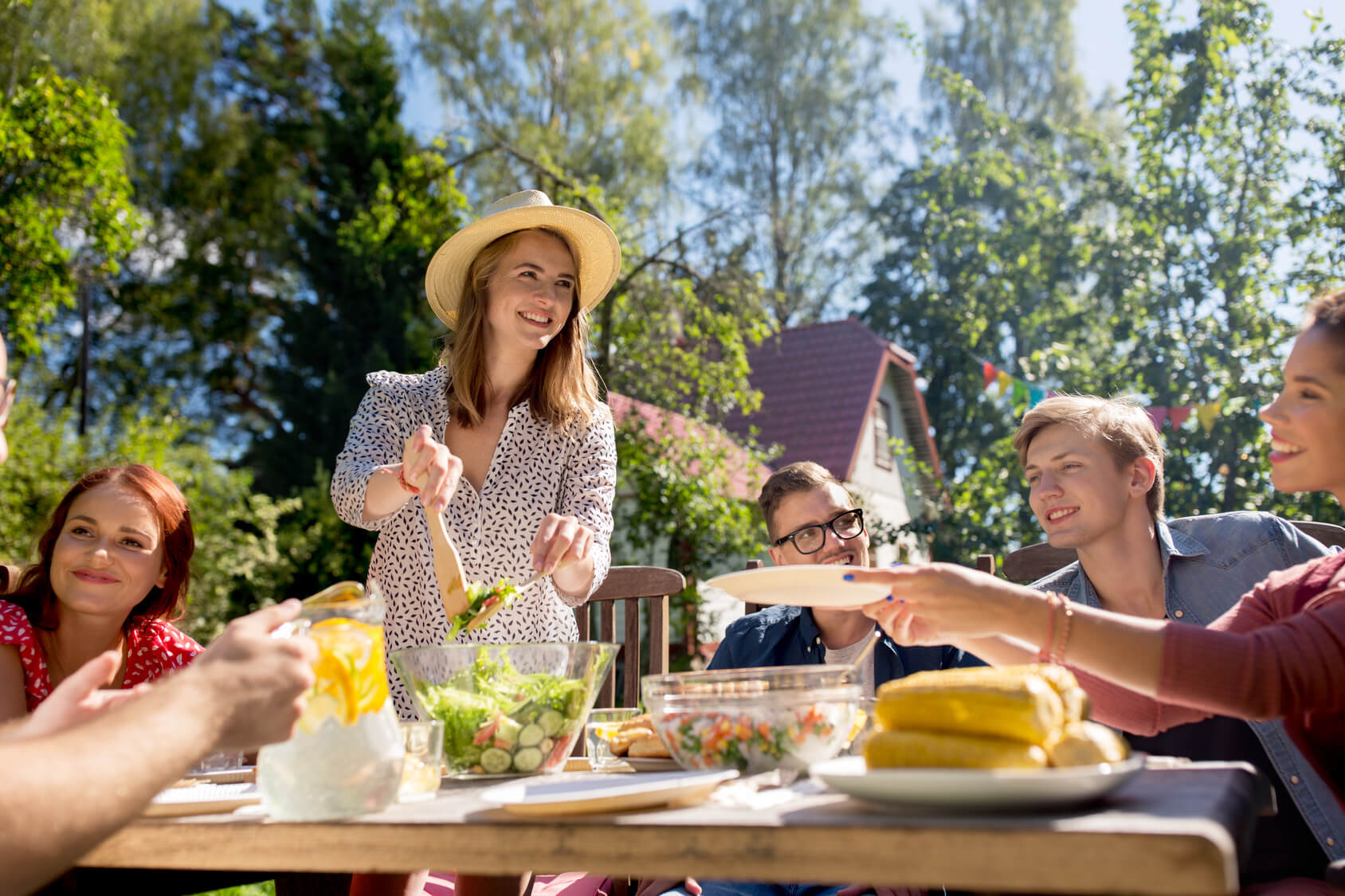 Grillparty organisieren Garten Salate zubereiten