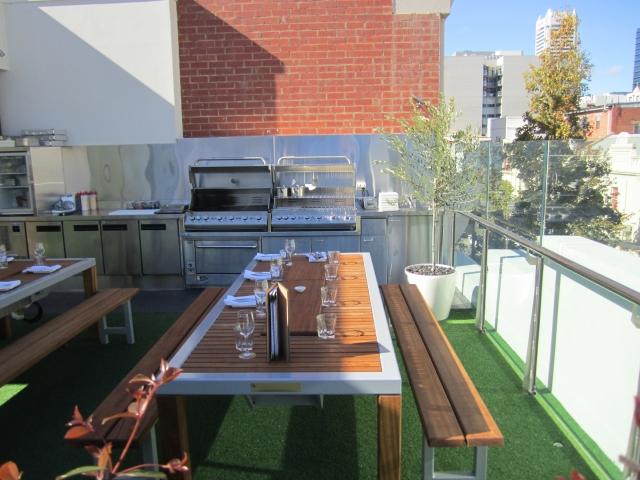 Grillparty organisieren Sitzmöglichkeiten Tisch Bänke