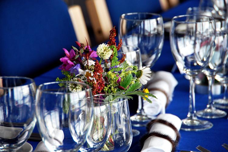 Tisch dekorieren Blumenstrauß Party