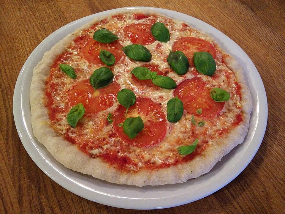 Pizza veganer Käse Tomaten Basilikum