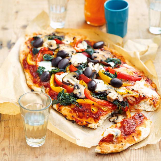 vegane Pizza mit Pilzen und Oliven
