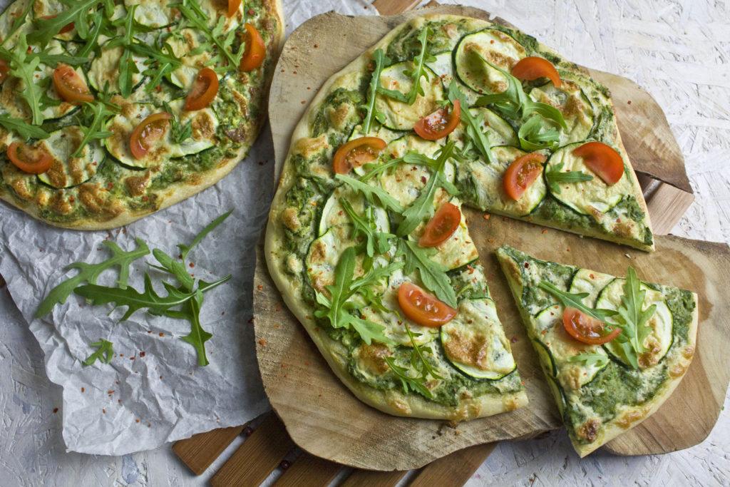Pizza mit Zucchini, Tomaten und Rucola