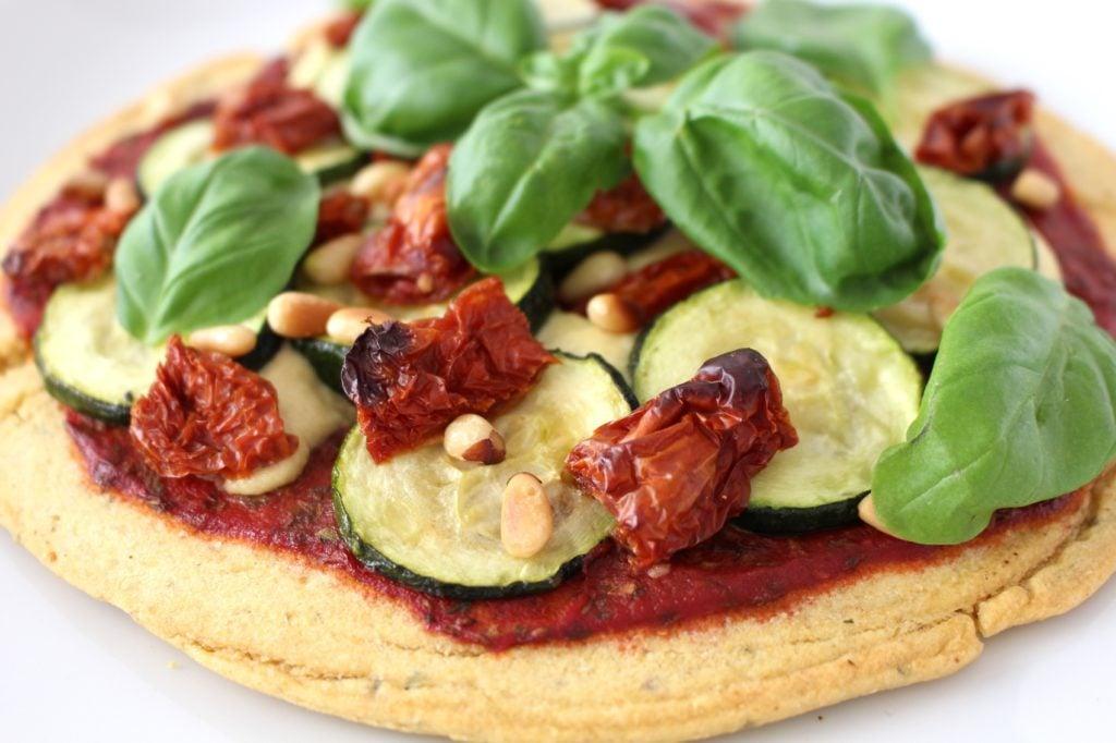 vegane Pizza mit Zucchini, Hülsenfrüchte und Rucola