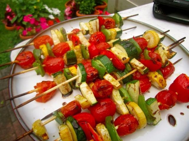 Grillparty organisieren Gemüsespieße zubereiten
