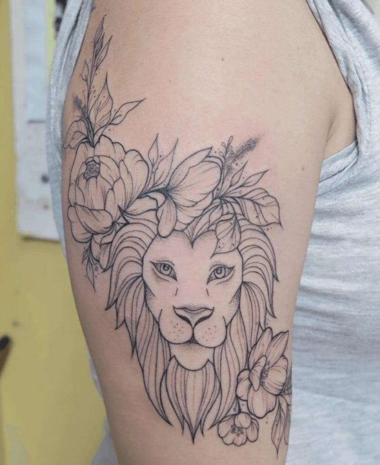 Löwen Tattoo Blumen tolles Design Damen
