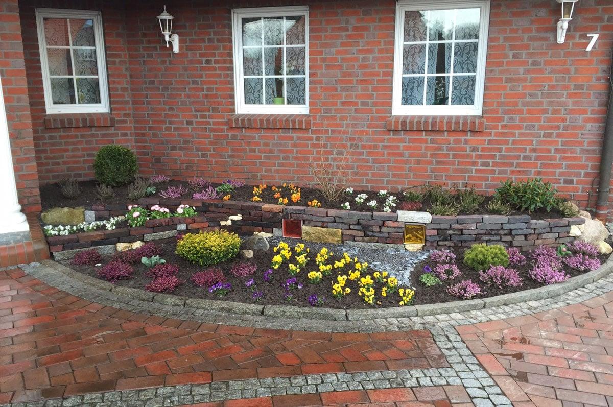 Vorgarten kleine Blumenbeete