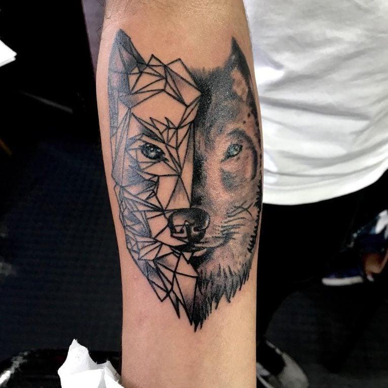 Wolf Tattoo mit geometrischen Motiven kombinieren