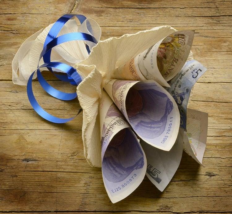 Blumenstrauß aus eingerollten Geldscheinen