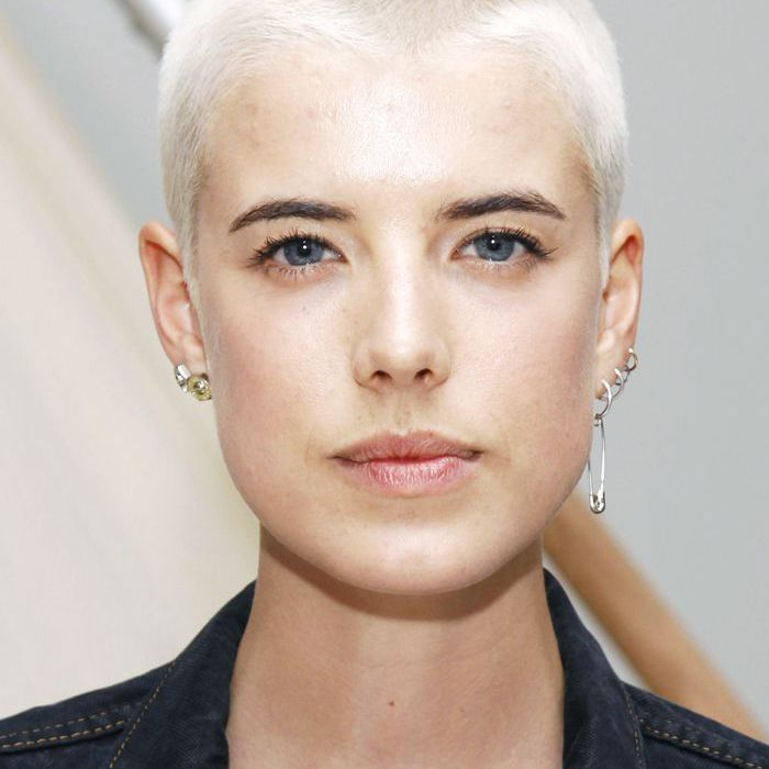 Buzz Cut blondes Haar stilvoll
