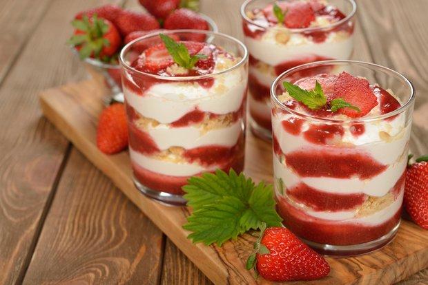 Tiramisu mit Erdbeerpüree im Glas servieren