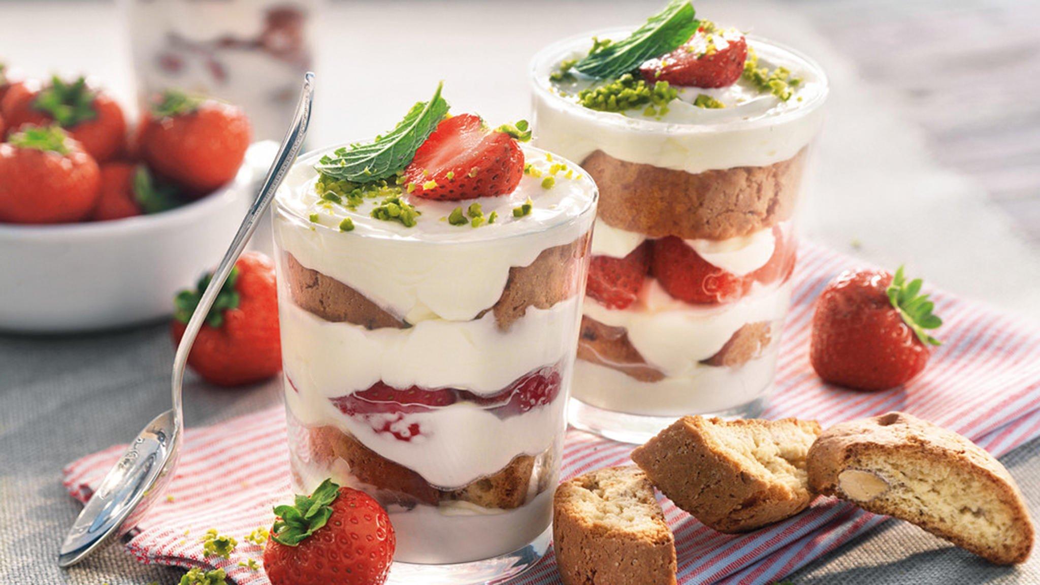 Tiramisu mit Erdbeeren und Cantuccini im Glas